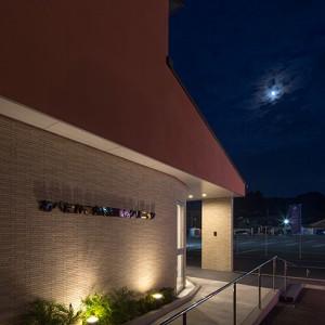 夜はライトアップしています。ⓒ佐藤二郎