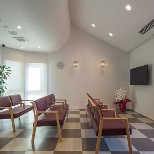 優しく柔らかい雰囲気の待合室です。ⓒ佐藤二郎