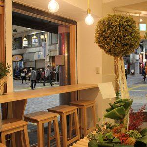 【after】商店街を行きかう人と目が合わず程良い距離感でお弁当やパンを楽しめます。